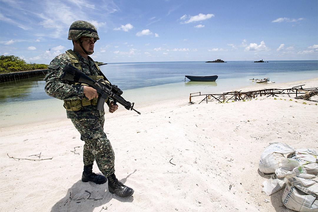 杜特蒂派軍佔領有爭議的南中國海島礁。圖為過去菲律賓士兵於南沙群島巡邏。