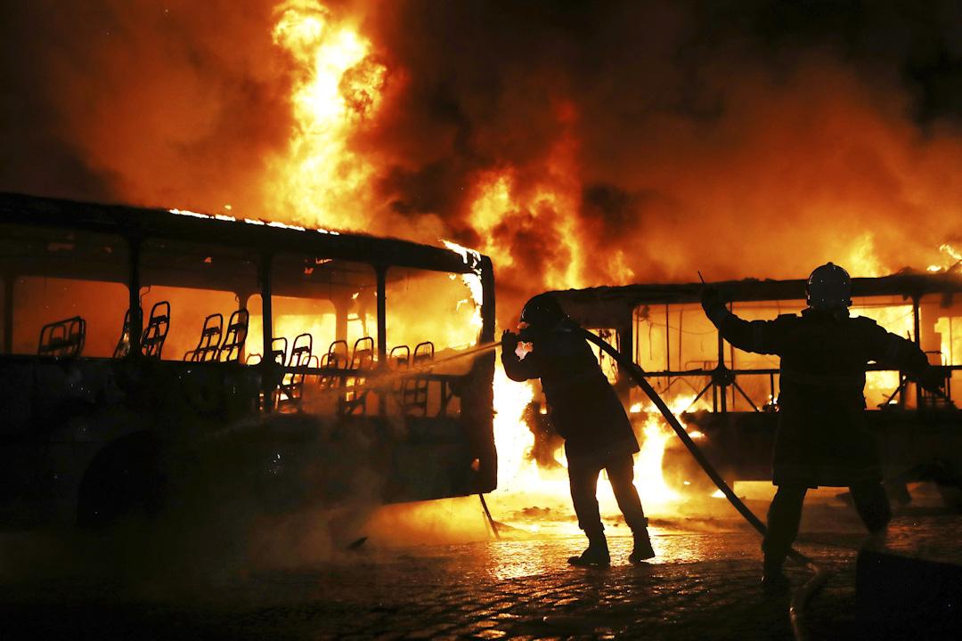2017年4月28日,巴西首都里約熱內盧舉行全國大罷工,抗議政府提出的養老金改革和其他緊縮措施,有示威者焚燒公共汽車,消防員以水灌救。