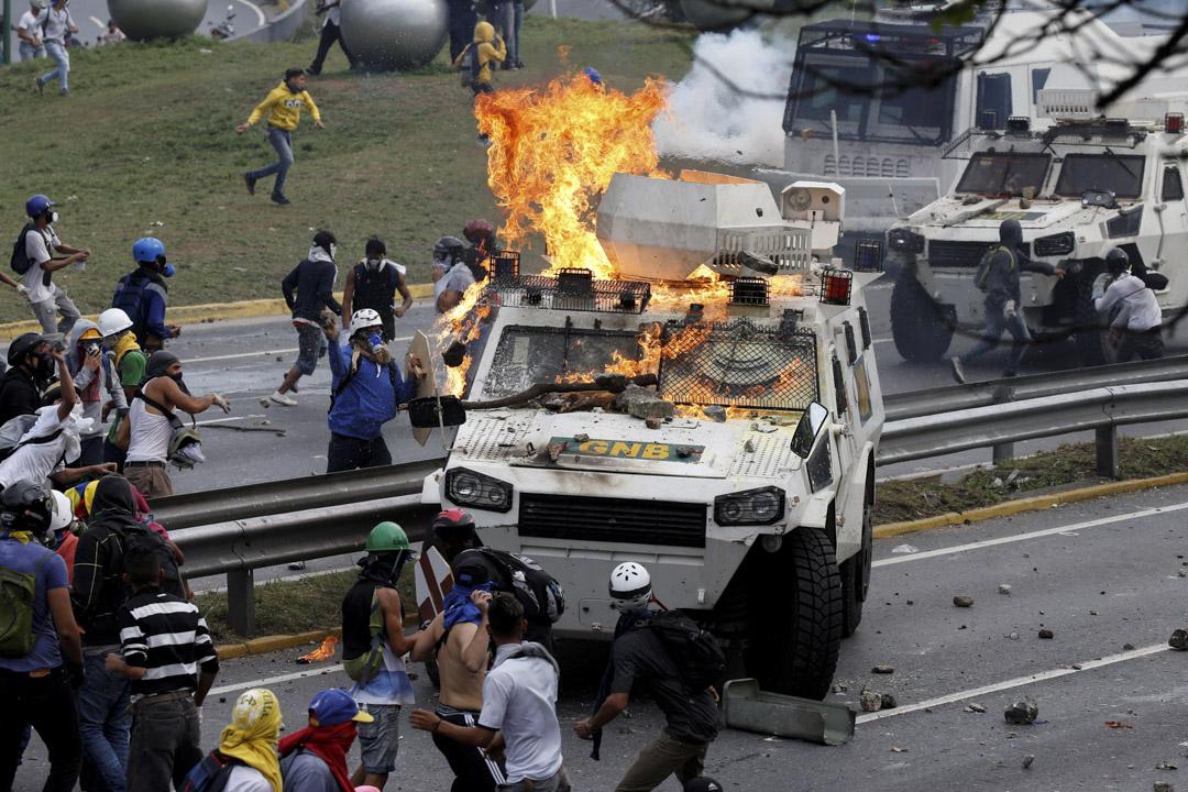 2017年5月1日,示威者在反對委內瑞拉總統馬杜羅的示威中焚燒裝甲車。