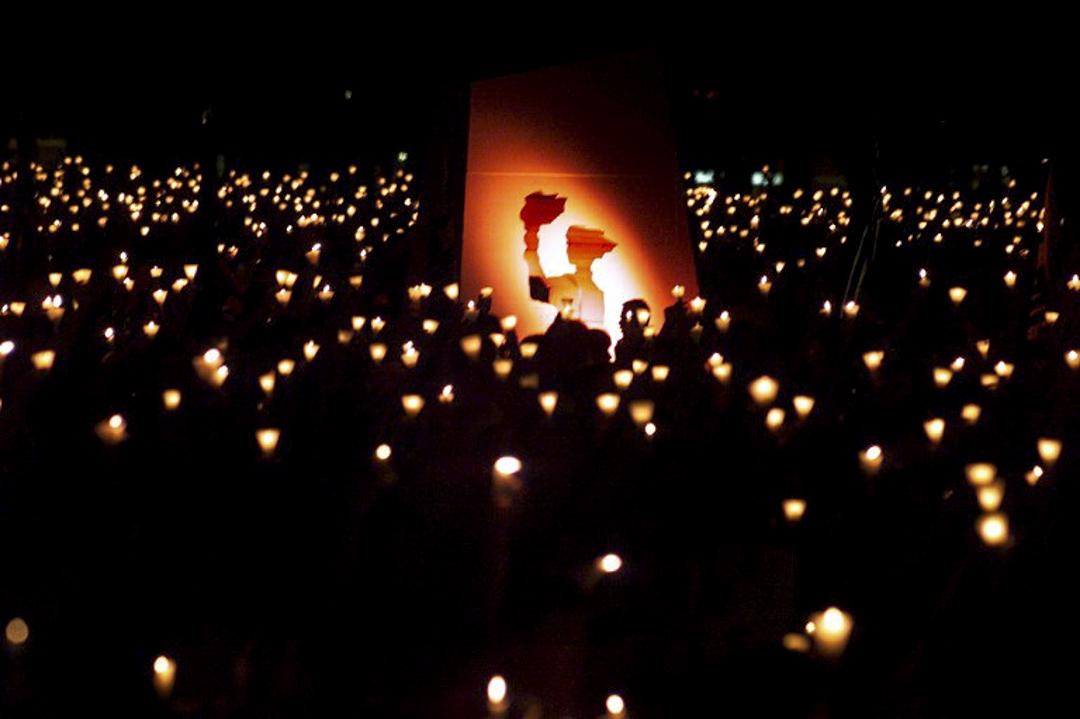 維園六四燭光晚會是香港悼念六四天安門事件死難者的年度活動,1990年6月4日起每年由支聯會舉辦,於維多利亞公園的硬地足球場舉行。該晚會是目前全世界最大的六四事件悼念活動。