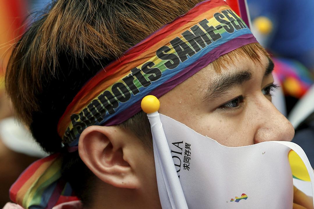 台灣司法院就「同性婚姻釋憲案」公布裁決。大法官最終認為,台灣現行法律未保障同性婚姻屬違憲。有關機構要在兩年之內修例,讓同性伴侶可以合法登記結婚。