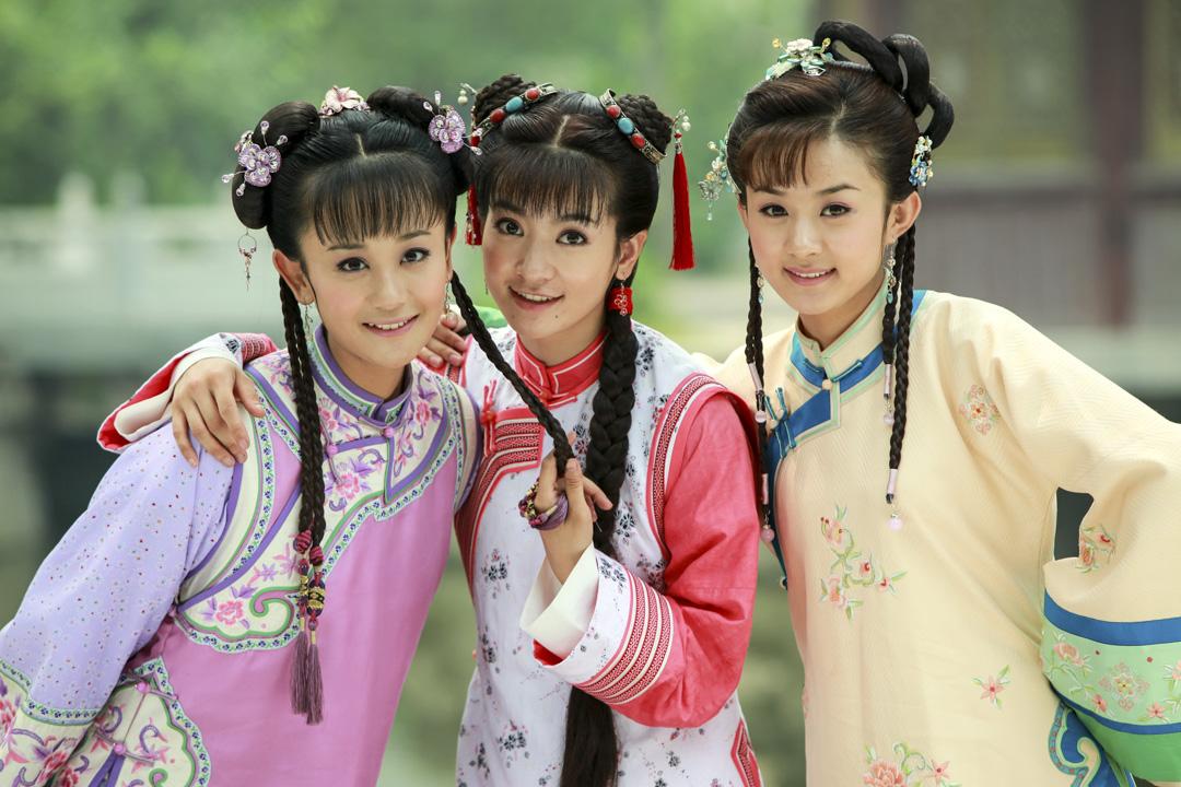 《新還珠格格》於2011年在湖南衛視首播,劇本改編自台灣作家瓊瑤一套三部的同名小說作品《還珠格格》。 其於1998年播出的同名電視劇《還珠格格》曾取得巨大成功。