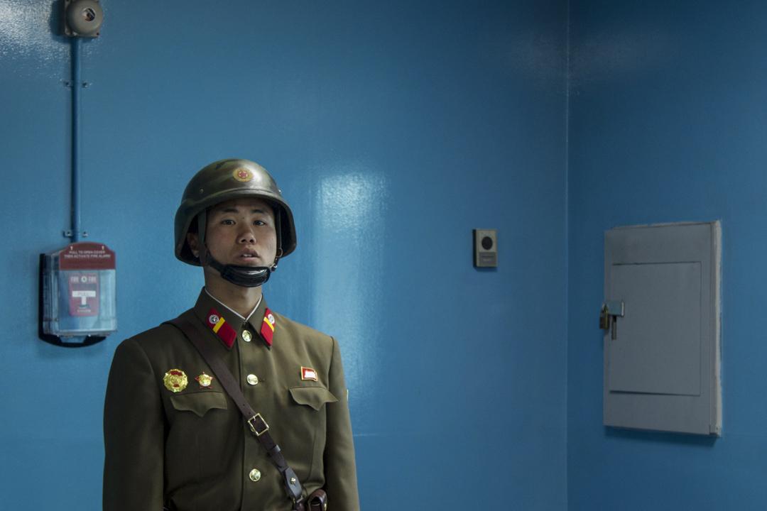 北韓旅行團所拍攝的一位北韓軍人。