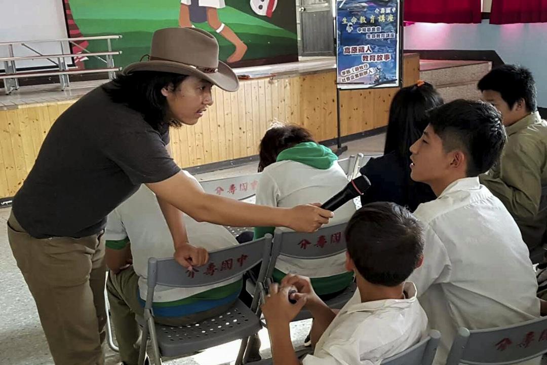 木子鵬受邀到了桃園復興鄉一間中學,對學生們分享玉樹藏區的故事。