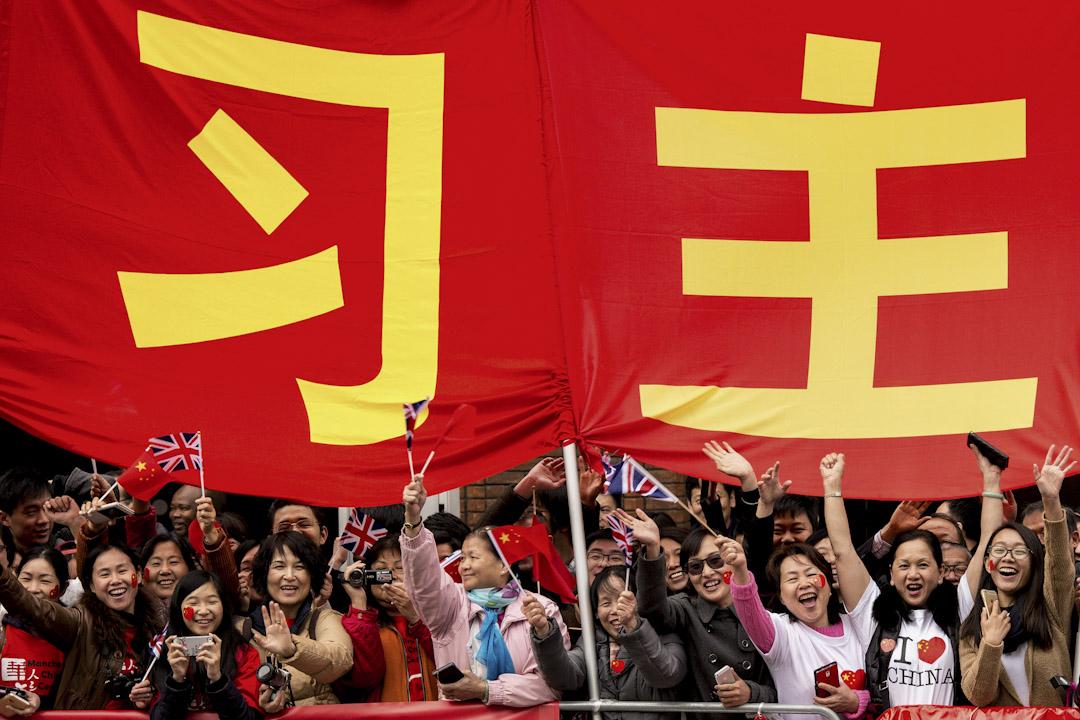 2015年10月23日,在英國留學的中國留學生,歡迎來到當地訪問的國家主席習近平。
