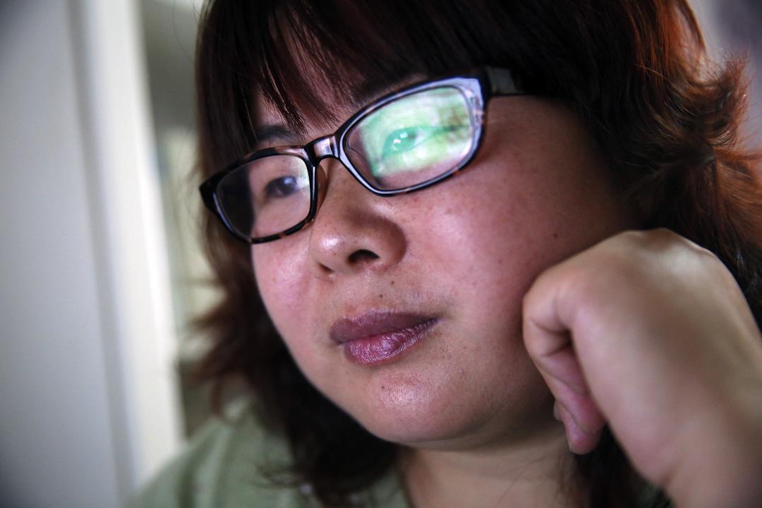 """叶海燕由过去独自在网络世界中横冲直撞的""""流氓燕"""",终于摸到了草根参与社会议题最""""正规""""的道路—— NGO,以""""中国民间女权工作室""""的名义,申请到了性工作者的艾滋病预防检测项目资金。"""
