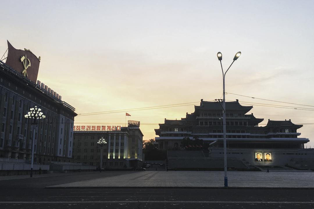 傍晚时分,柔光打在广场中央金日成与金正日的画像上,成为夜空中最明亮清晰的一部分。