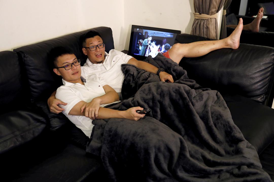 37歲的 Daniel Cho (左) 和伴侶48歲的 Chin Tsai。「Daniel 為了工作要移居到紐約,但因為台灣政府在法律上不承認我們的關係,我無法申請配偶簽證跟他一起到紐約去。」Tsai 說:「如果在週三宣布的釋憲結果將同性婚姻合法化的話,我們肯定是週四早上第一對排隊註冊結婚的伴侶。」