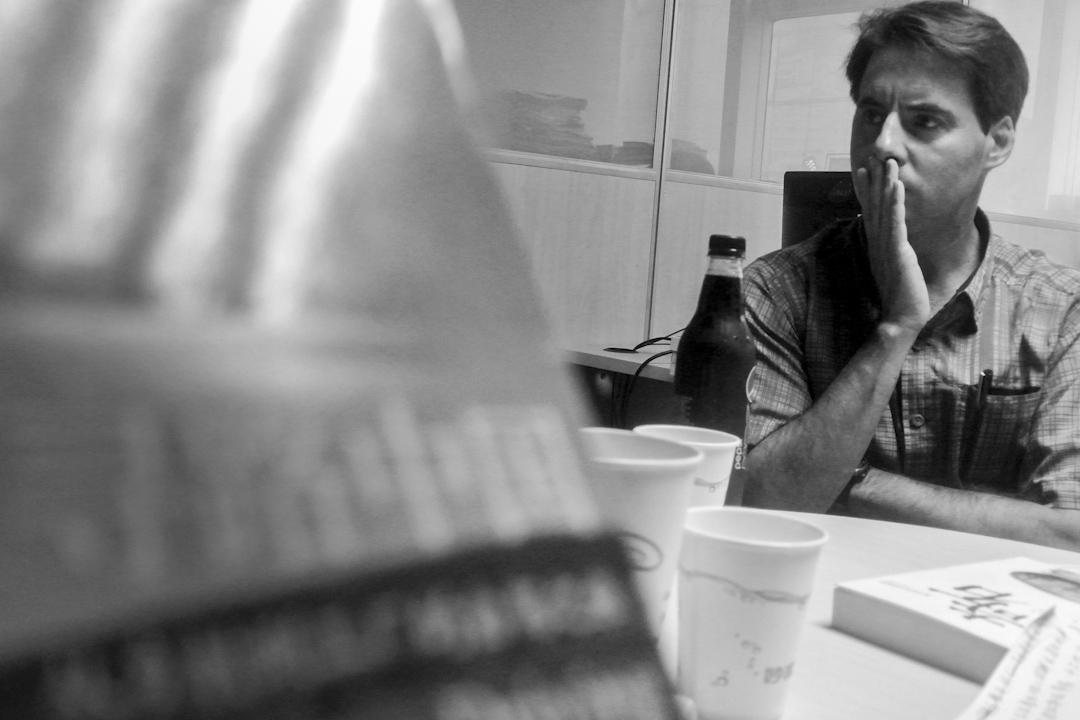 2014年9月8日,上海,美國作家何偉(Peter Hessler)在上海書店為新作《奇石》出席簽售會。何偉曾在中國擔任教師及記者,著作包括關於當代中國的三部曲《甲骨文》、《江城》、《尋路中國》。