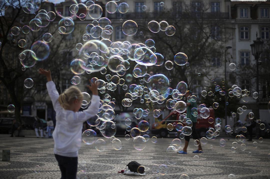 2017年4月28日,街頭藝術家在葡萄牙里斯本市中心的Rossio廣場舉行肥皂泡表演。