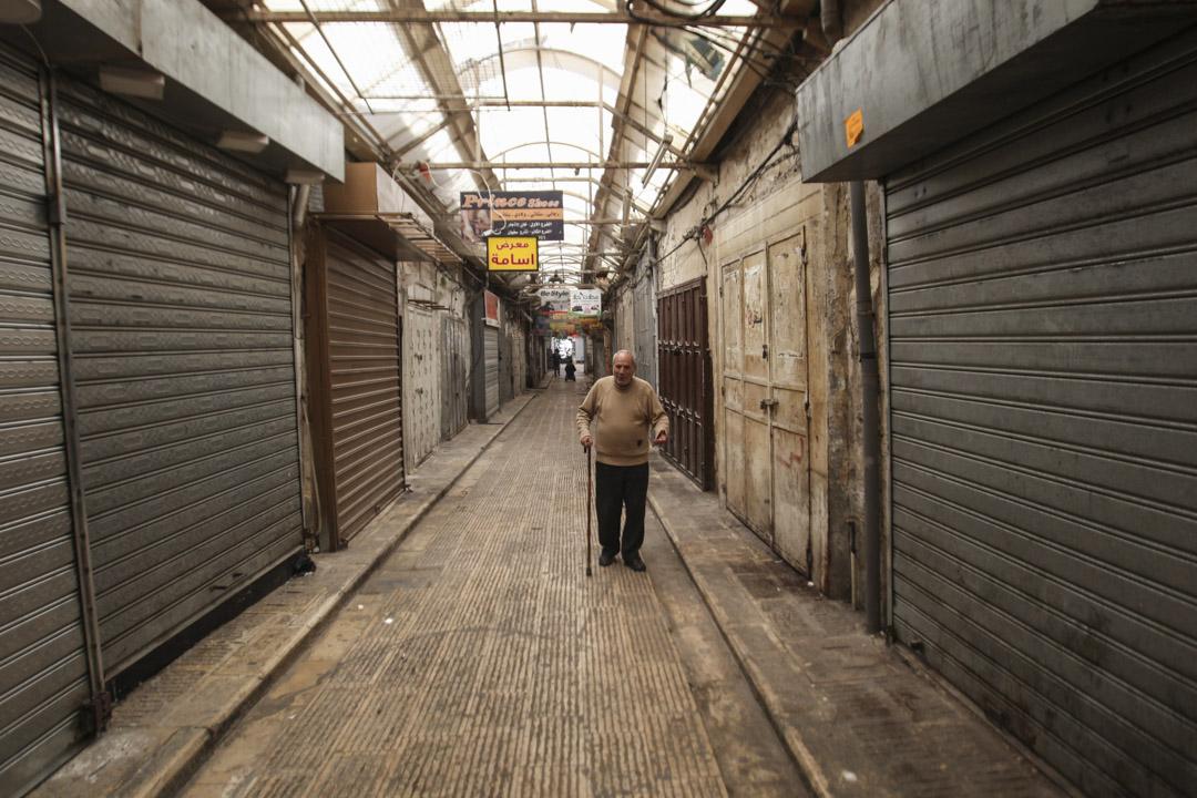 平日熱鬧的老城區商家全數拉上鐵門,罷市挺絕食。