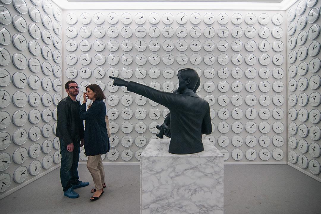 2017年5月9日,人們在第57屆威尼斯雙年展觀看藝術品。