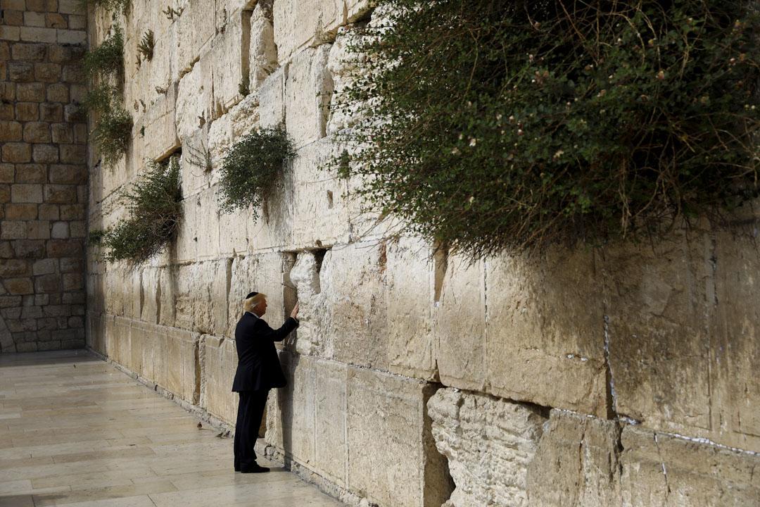 2017年5月22日,美國總統特朗普在耶路撒冷老城觸碰西牆——猶太教除聖殿山以外最神聖的禱告地點。