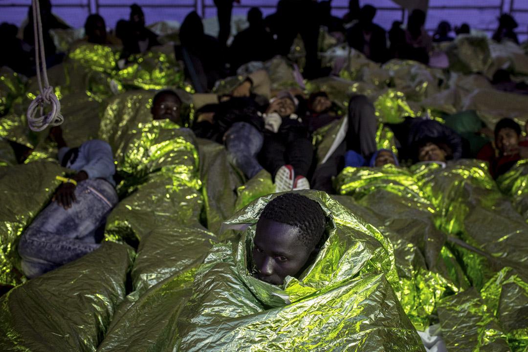 2017年5月19日,難民和移民在意大利特拉帕尼的海上被救援後,登上移民海上援助站(MOAS)的船「鳳凰號」。2017年全年,嘗試跨越危險的地中海,從利比亞到意大利的中東地區難民和移民超過43000多人,比去年同期有所增加。MOAS是馬耳他的非政府組織,致力於對對在海上遇難的難民和移民提供專業的搜索救援。自今年年初以來,MOAS已經救出並協助3214人,目前正在利比亞海岸以外的國際海域巡邏和開展救援行動。