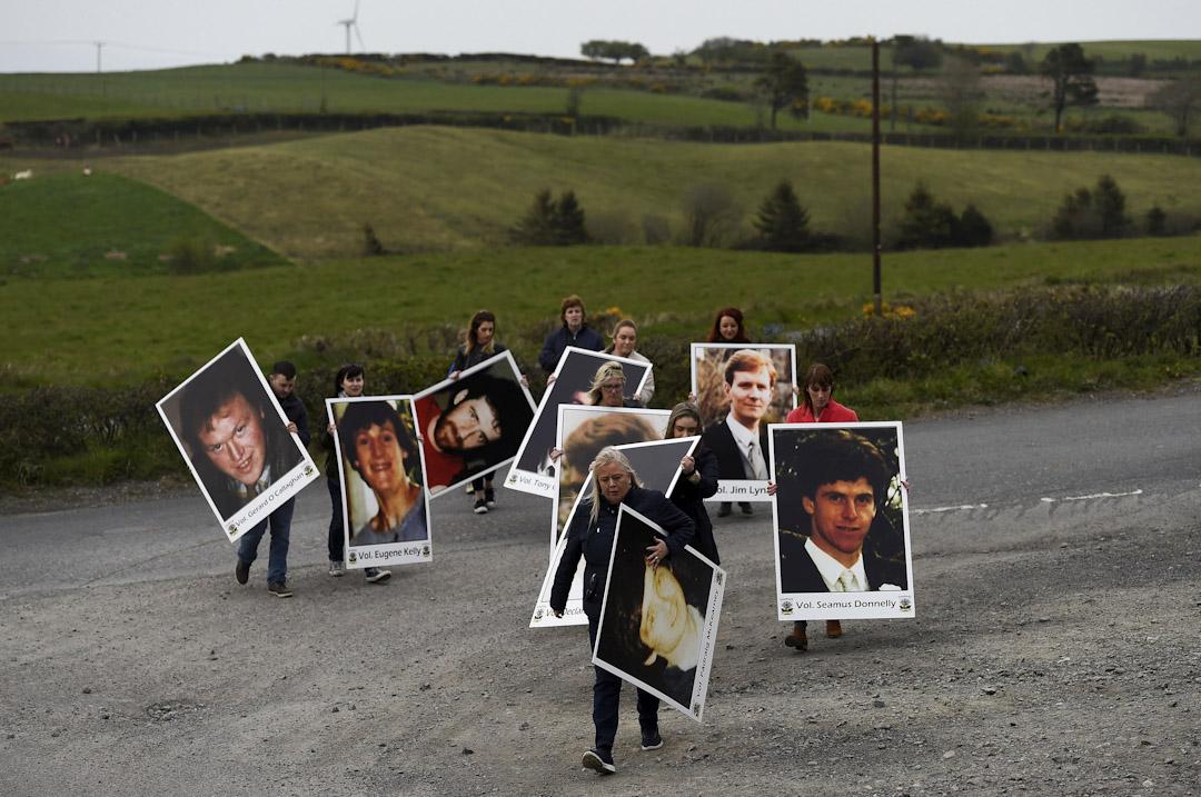 2017年4月30日,人們在在北愛爾蘭卡帕格村參與新芬黨(Sinn Féin,中文意譯為「我們」)紀念遊行,手持當年受害者的照片,紀念八名愛爾蘭共和軍活動家和一名平民死亡三十週年。