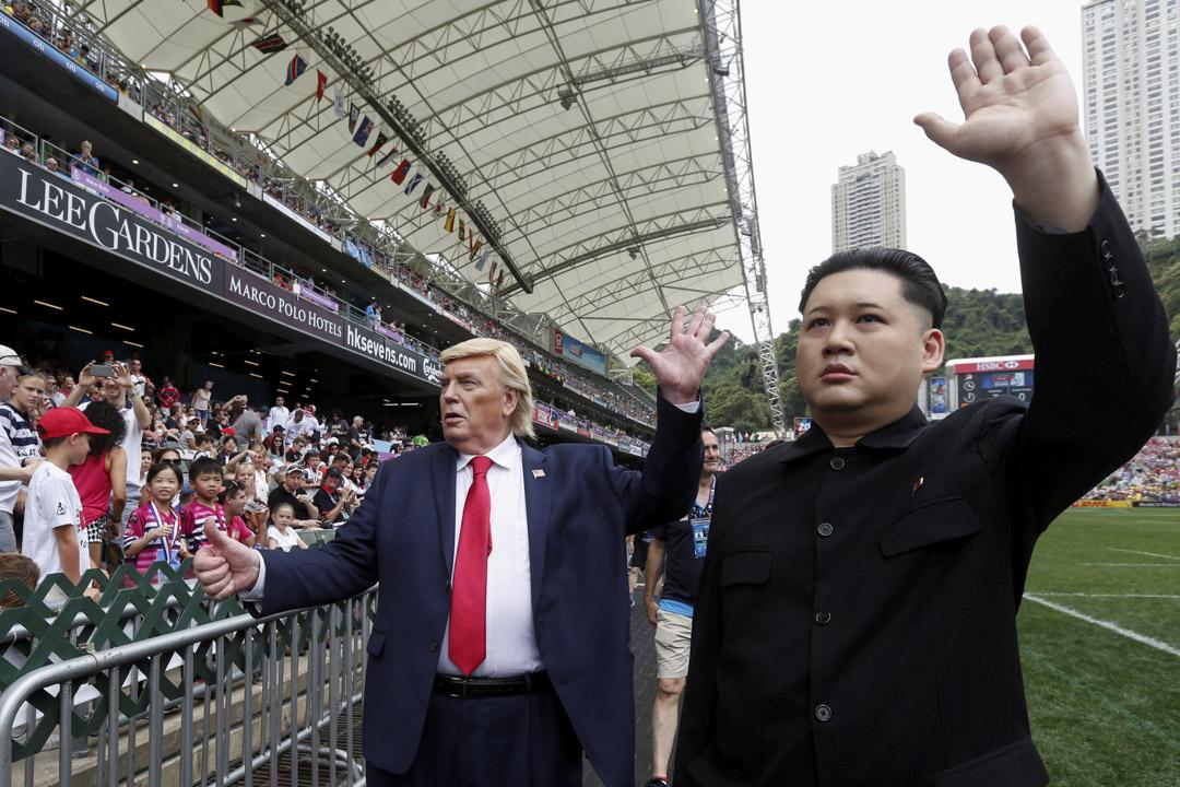 2017年4月7日,香港國際七人欖球賽開場前,由演員扮演的美國總統特朗普和北韓領袖金正恩在球場繞場一周接受觀眾的歡呼。