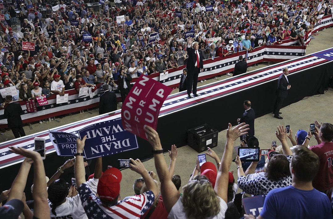 2017年4月29日,特朗普出席在賓夕法尼亞州哈里斯堡舉行的大型集會,與在場支持者打招呼。