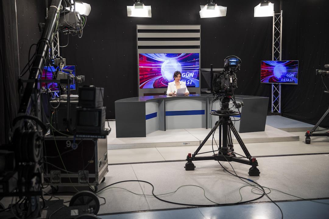 2017年5月3日,世界新聞自由日,土耳其電視台Arti主持人Ezo Oezer坐落在德國的科隆進行電節目直播。 Arti電視是土耳其語的電視台,總部在德國科隆,提供土耳其國內未經審查的新聞報導。土耳其總理埃爾多在國內嚴控新聞自由,多年內已有一百多位記者因觸犯相關法律遭監禁。