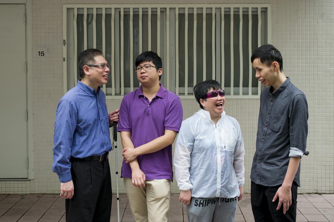 全港首批視障 life coach的其中四位,左一為林世民,右一為張賜豪。