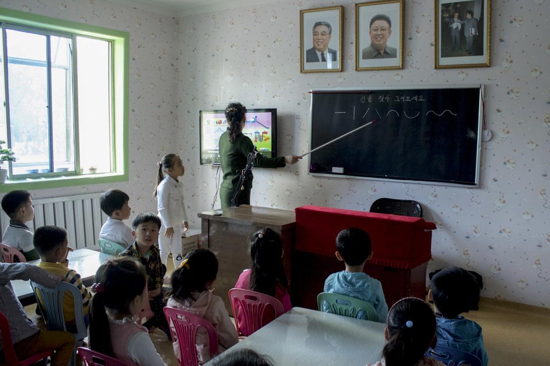 朝鲜旅行团所拍摄的朝鲜学生上课情况。