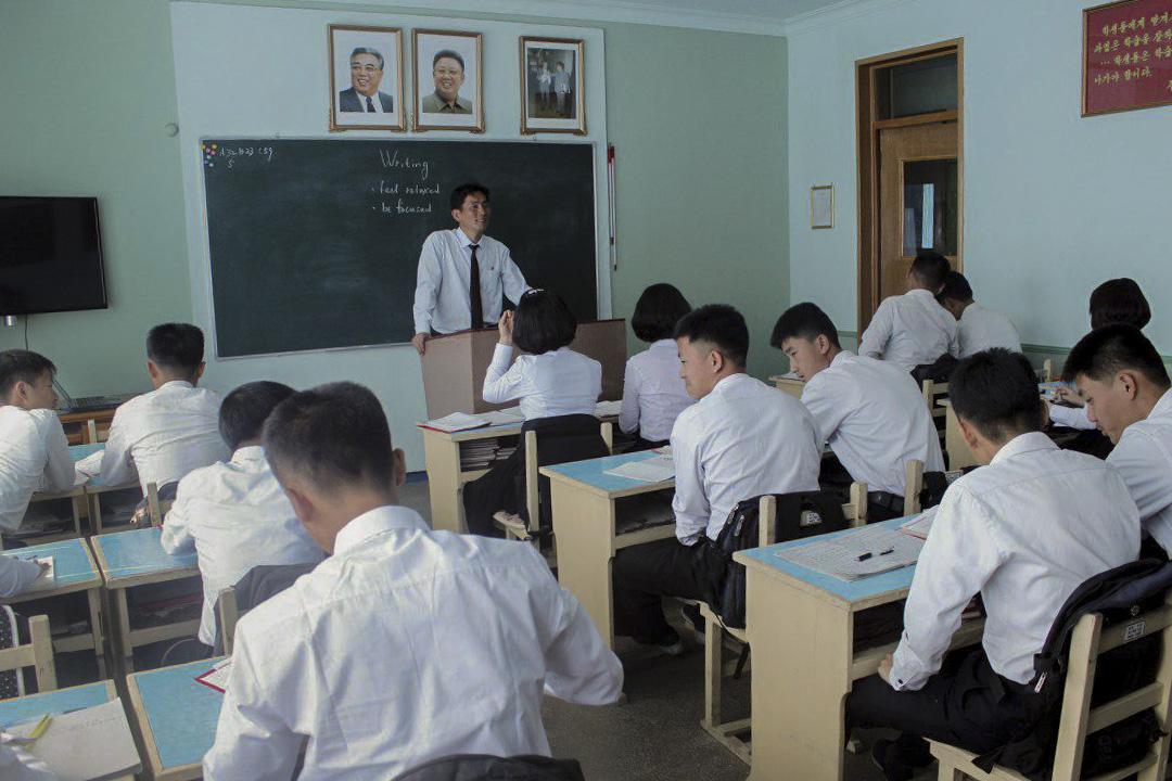旅行團到訪其中一所北韓學校所拍攝的學生上課情況。