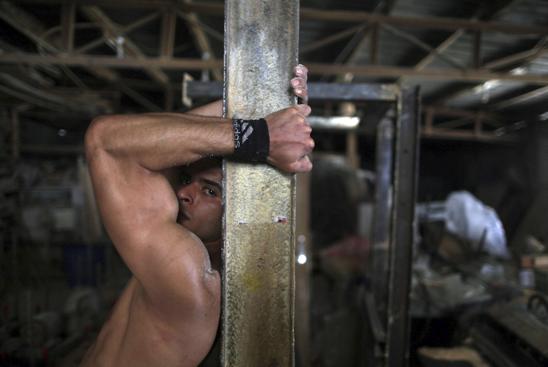 2017年5月2日, 一名強壯的巴勒斯坦男子穆罕默德·霍爾(Mohammed al-Hoor)在加沙地帶中部的努塞拉拉難民營中鍛煉。