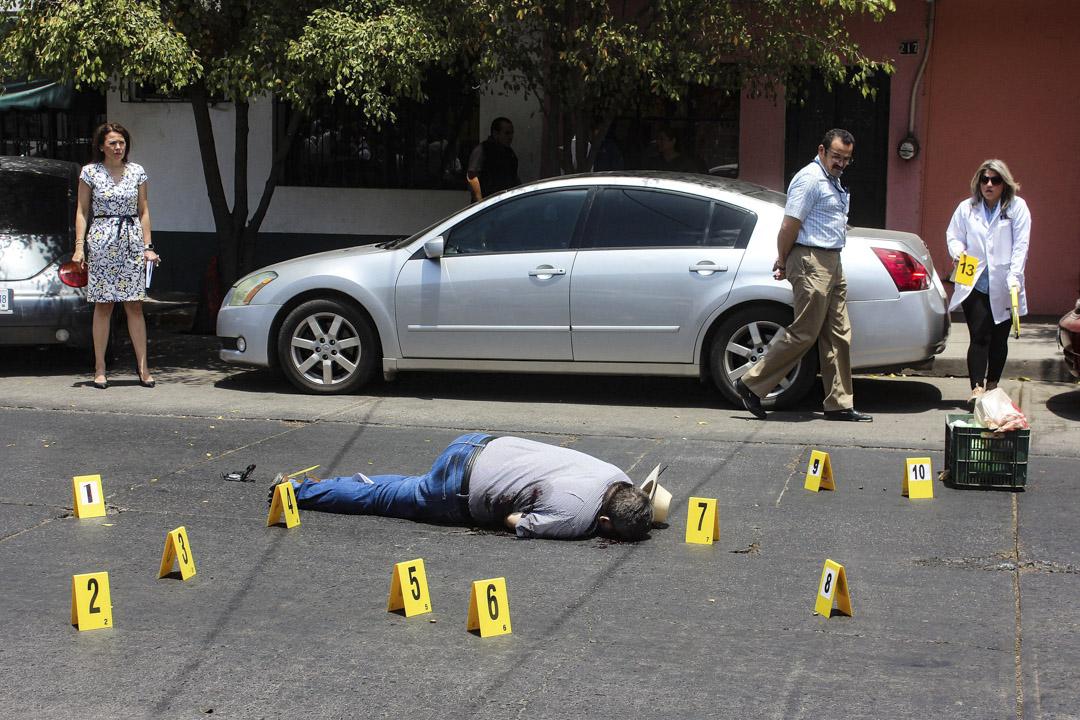 2017年5月15日,在墨西哥庫利亞坎,專門調查毒品案及有組織罪案的墨西哥記者Javier Valdez被槍殺。便衣警員連同鑒證專家在現場蒐證。