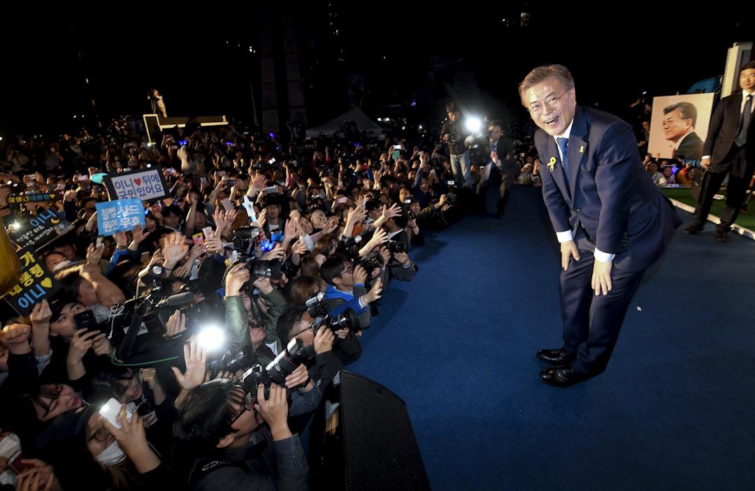 2017年5月9日,文在寅當選南韓總統後在首爾光化門廣場向他的支持者鞠躬。