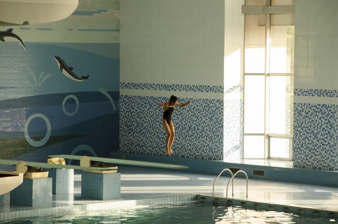 北韓旅行團所拍攝的一個游泳池,一位小孩正在向池中躍下。