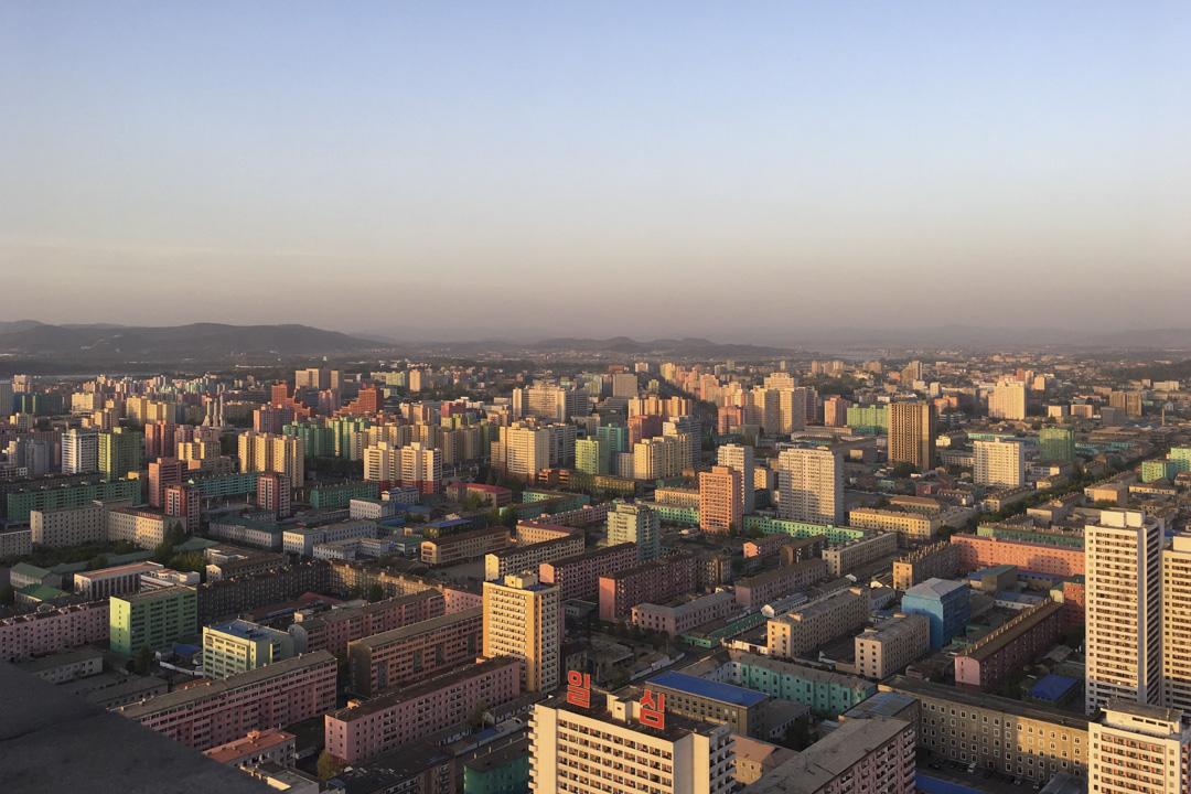 在平壤最好酒店之一的羊角岛国际饭店,在高楼下远眺的朝鲜城市面貌。