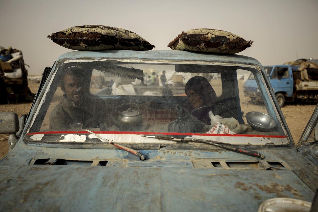 2017年5月19日,敘利亞,逃離拉卡城(Raqqa)的國內流離失所者在在敘利亞阿卡伊阿伊艾因附近的一個營地乘坐汽車。拉卡目前被極端組織伊斯蘭國控制,敘利亞反對派聯盟近日正在攻城奪鎮,5月24日,美國領導的國際聯軍也拉卡據點附近發動空襲,造成至少16名平民喪生。