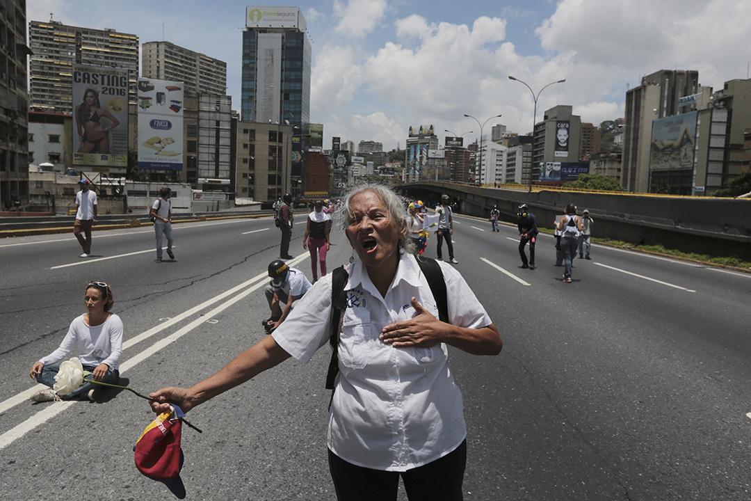 2017年5月6日,反對派示威者在委內瑞拉加拉加斯走上公路示威。當地示威活動持續一個多月,已造成至少37人死亡。