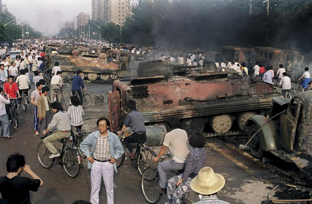 1989年6月4日清晨,解放軍進入天安門廣場鎮壓學生後,一輛已被焚燒的坦克遺留在街道上。