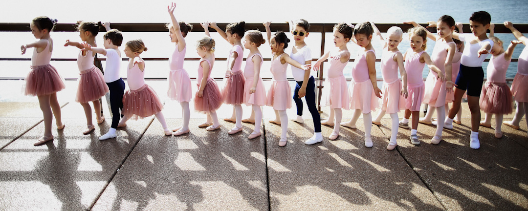 芭蕾舞團的小朋友正準備到悉尼歌劇院表演。