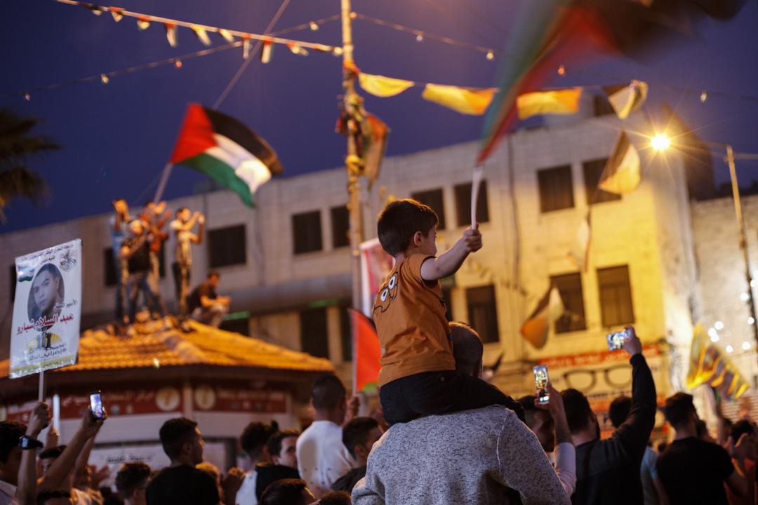 巴勒斯坦的遊行隊伍中,無論男女老少,不少都披上了國旗參與其中。