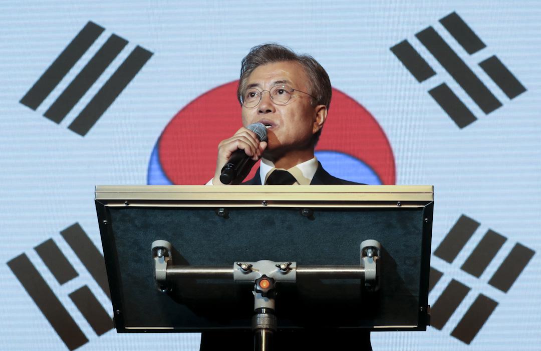 2017年5月9日,文在寅當選南韓總統後在首爾光化門廣場向支持者發言。