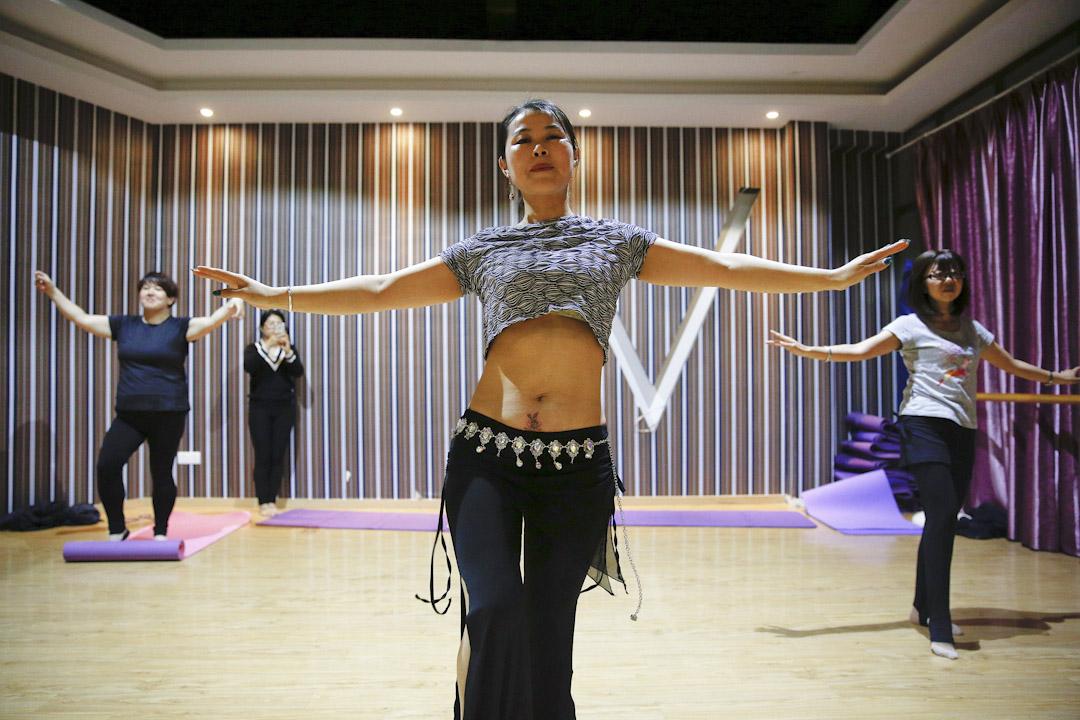 本身是舞蹈導師的Grace在教跳舞。
