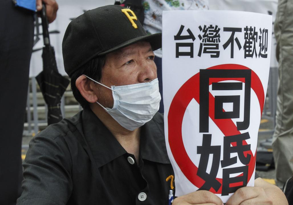 2017年5月24日,反同性婚姻的抗議民眾聚集約50人到司法院大門口,有示威者拿著「台灣不歡迎同婚」的標語。
