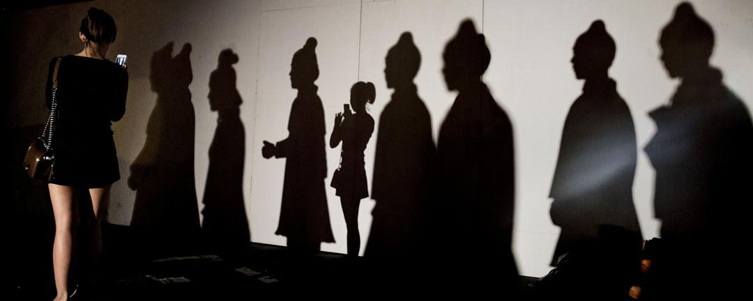 性侵相關事件、新聞的不斷湧現,引發社會對女性權益重視的同時,也引起了對於誘姦、性同意權等議題的探討和爭議。圖為北京一位女士於參觀展覽時拍攝自己的影子。