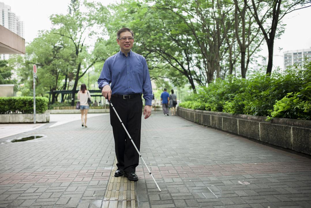 原本在一家跨國企業任亞洲分部主管的林世民,因視力工作受到嚴重影響,通過學習和練習,他早已可以使用盲人手杖獨立上街,通過文字轉語音類的軟件進行辦公,然而許多公司仍然對他的視力有顧慮。
