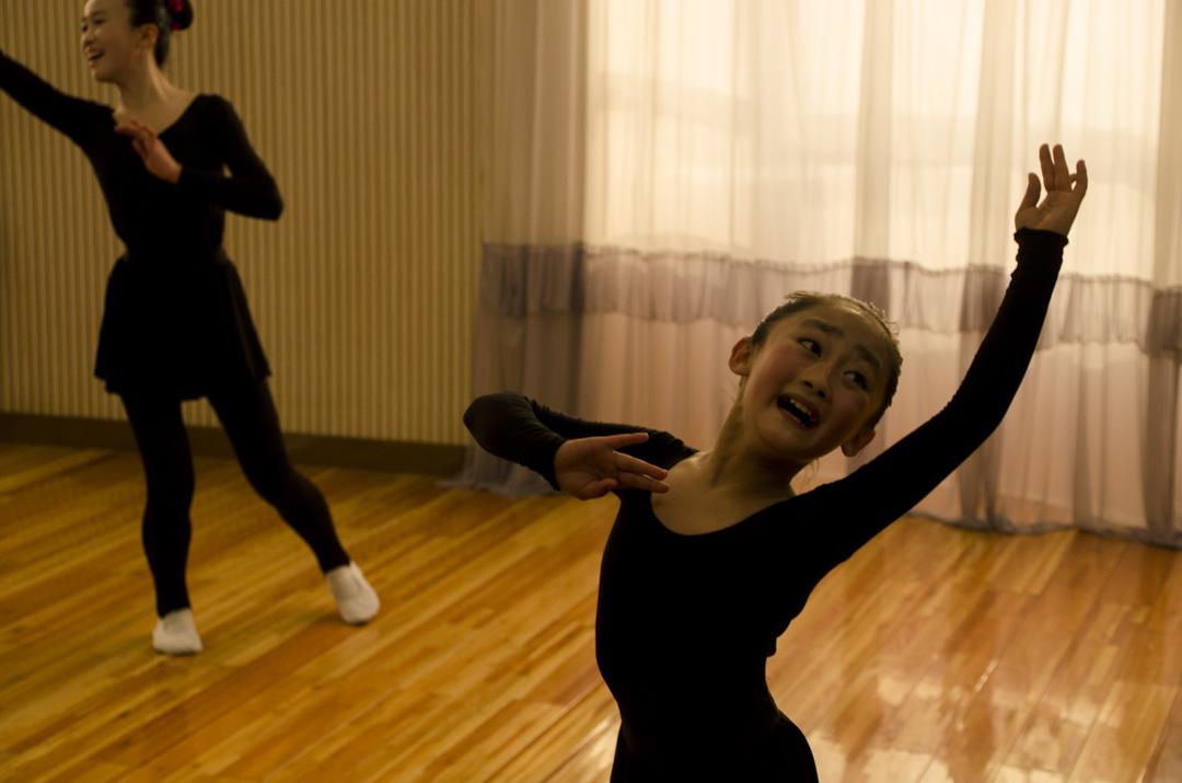 参观朝鲜其中一所舞蹈室,女生们因为要应付一批接一批的游客,反复不停地跳著同一组舞蹈。