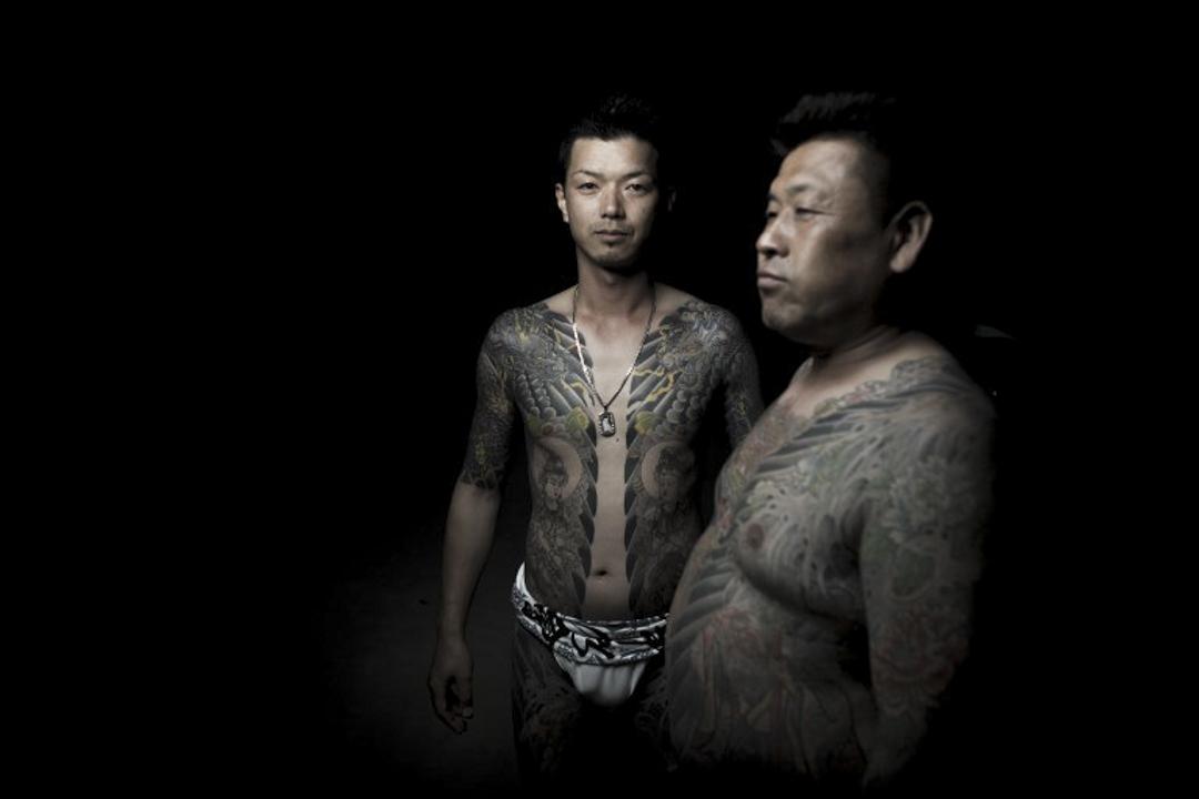 2017年5月20日,男子們在東京三社祭期間,展示他們身上與日本黑道相關的傳統刺青。三社祭是東京最大型的祭祀慶典,在這個為期三天、一年一度的節日中,有超過一百五十萬人湧向東京淺草,預示著夏天在日本首都的到來。