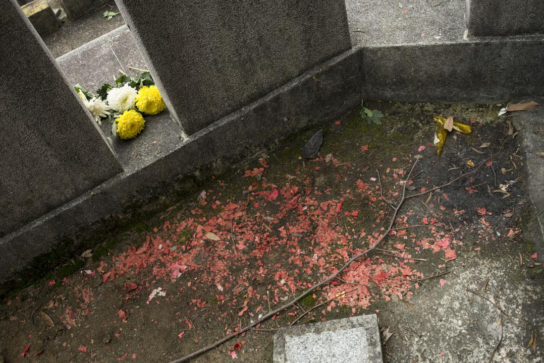 2017年5月7日,「六七動力研究社」於和合石墳場舉行的公祭會,以鮮花拜祭其中的16位死者。