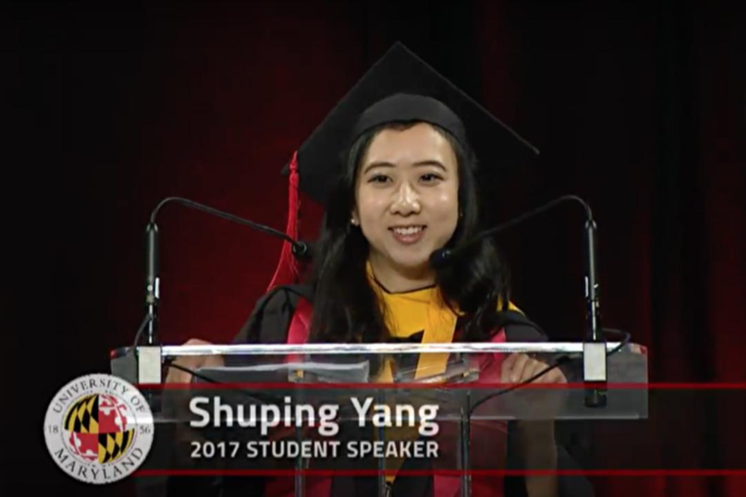 中國留學生楊舒平作為優秀畢業生代表,在美國馬里蘭大學(University of Maryland)的畢業典禮上發表演講。