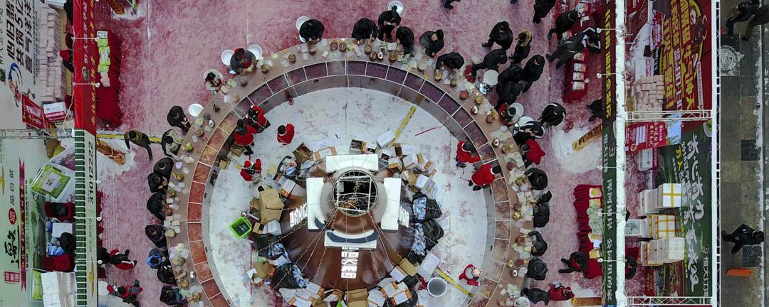 遼寧省沈陽市,街頭現「巨型」火鍋,一個商家舉辦萬人涮鍋宴,市民冒零下20度低溫,座無虛席一同享用火鍋,圍爐而坐體驗冰火兩重天。