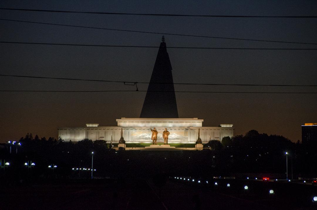 在北韓城市的各處,都可見到金日成和金正日的雕像或巨幅畫像照壁,再缺電也能保證夜晚有足夠照明。