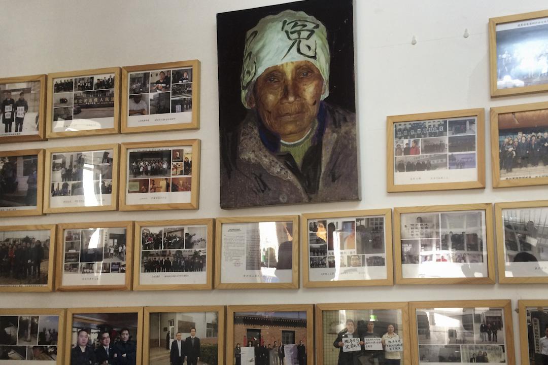 伍雷在北京的「洗冤辦公室」,墻上中間掛著于建嶸的油畫。