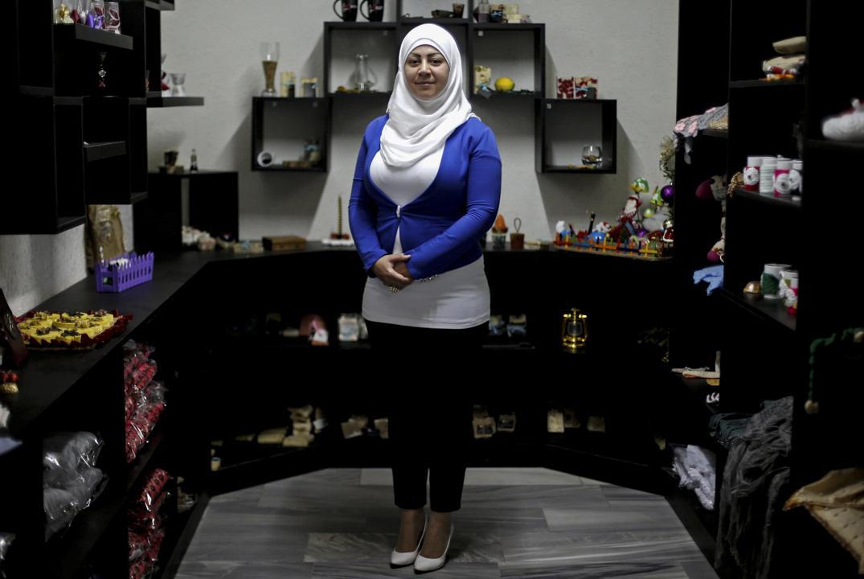 35歲的 Lara Shahin 是一位來自敘利亞的難民,她在一家專為敘利亞難民而設的手作店工作。Shahin 說特朗普空襲敘利亞空軍基地的決定令她感到詫異,亦為她帶來希望,「我希望他日後會作出更大膽的決定去結束巴沙爾政權的統治,讓我可以回到一個民主的國家。」