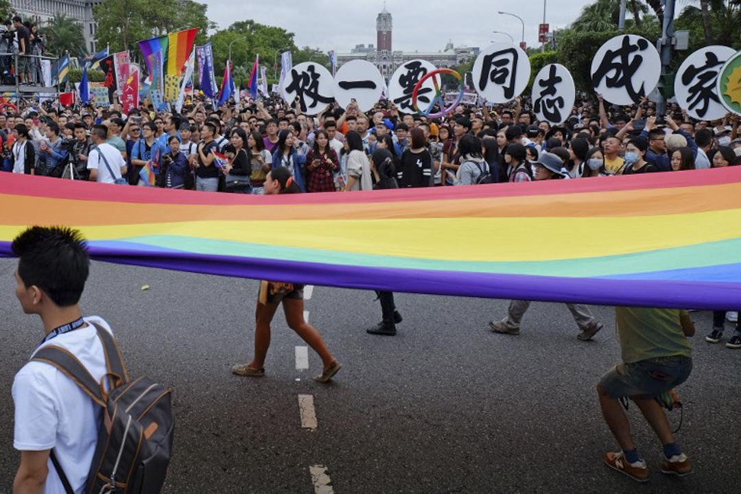 2015年10月30日,第13屆同志大遊行,訴求主題為「年齡不設限—解放暗櫃.青春自主」。