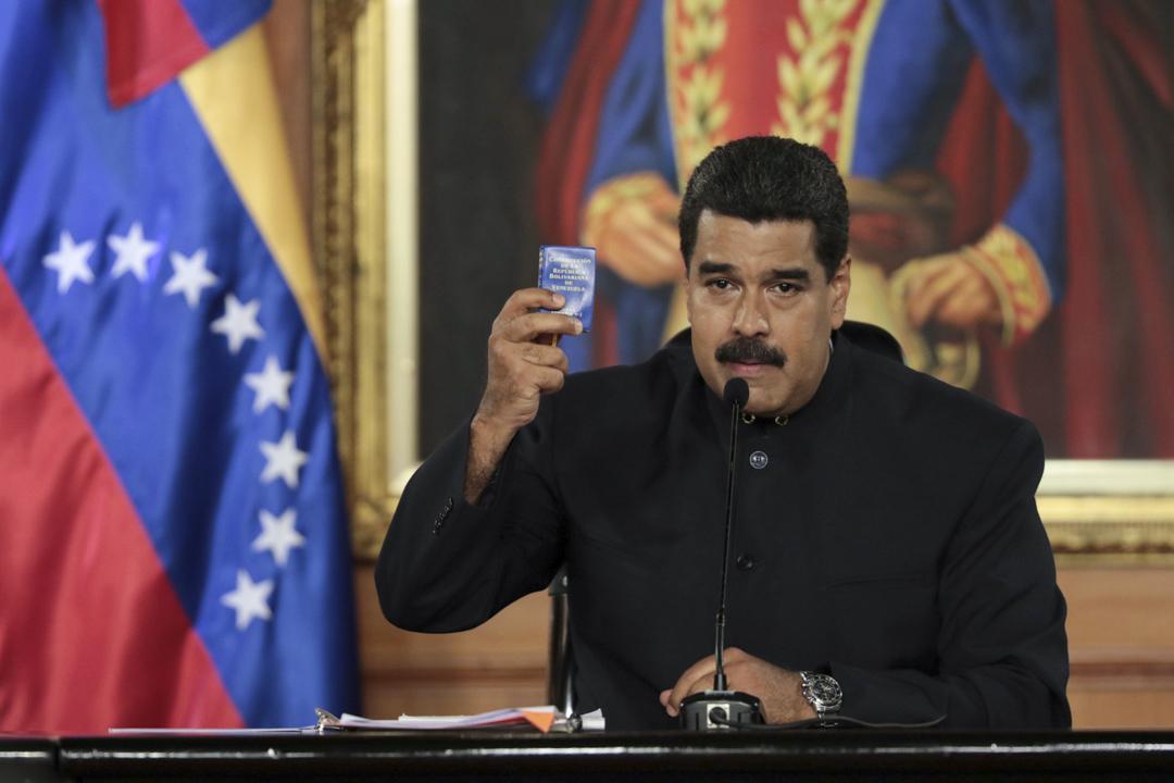 2017年5月1日,委內瑞拉總統馬杜羅手持委內瑞拉的憲法。